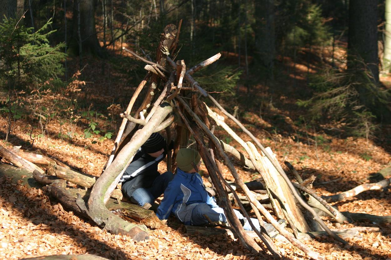 Kinder spielend im Wald